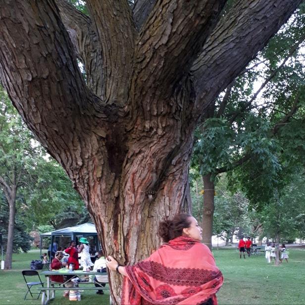 Geneviève enlaçant un arbre au Beaches