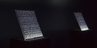 Emmanuel Lagrange Paquet, Hieroglitch 005 (Vernes), gravure au laser, plexiglas, poussière, DELs, socle, peinture noire